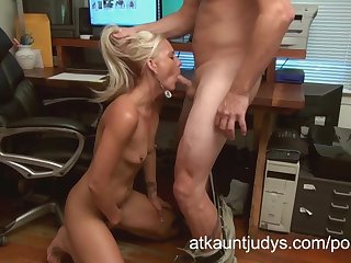 Hot secretary Elizabeth gives a great blowjob